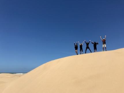 Vi vandrar på en evighetslång strand och hoppar i sanddynerna