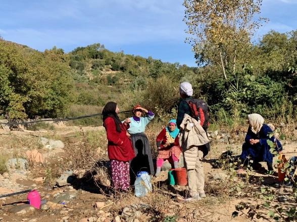 På landsbygden är det fortfarande vanligt att kvinnorna måste hämta vatten vid brunnen.