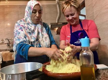 Vi lär oss laga couscous hemma hos Khadija och Hussein!