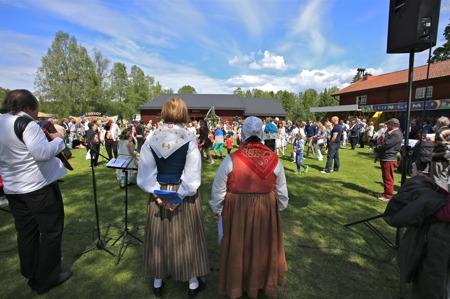 Barnens midsommarfirande på Ransäters hembygdsgård.