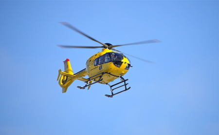 Ambulanshelikoptern styr kursen mot centralsjukhuset i Karlstad.