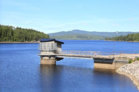 Den stora Höljessjön utgör vattenmagasin för Kraftverket i Höljes och kraftverken nedströms i Klarälven.
