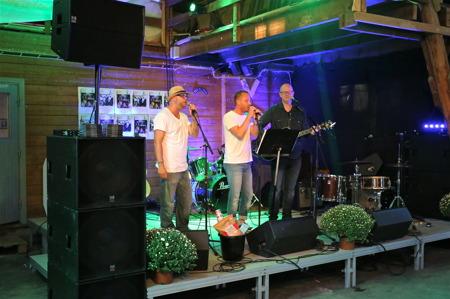 Allsköns musik i Årjängs båtmagasin.