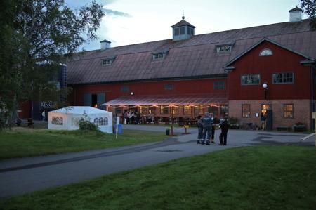 När jag lämnade Berättarladan, för att åka hem till västra Värmland, kunde jag höra musiken från Dansloftet.