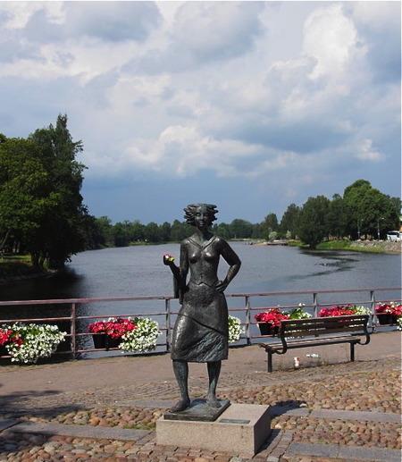 """Statyn Sola i Karlstad. Eva Lisa Holtz är en känd symbol för Karlstad. Hon var servitris och blev känd för sitt glada och """"soliga"""" humör - foto Peter Labraaten."""