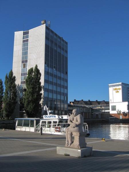 Kaffeskrapan Löfbergs Lila i inre hamnen.