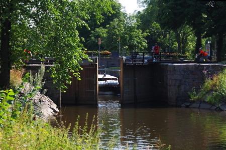 En Båtbuss på väg genom slussen i Pråmkanalen - foto  Peter Labraaten.