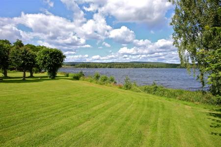 Utsikt över sjön från parken vid Svaneholms herrgård.