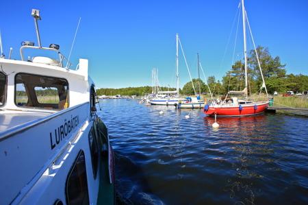 Luröbåten glider in till Gästhamnen i Ekenäs.