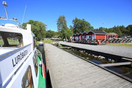 Luröbåten lägger till vid bryggan i Ekenäs, efter en dagsutflykt till Lurö skärghård.