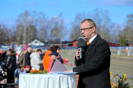 Färjestadstravets marknadschef Johan Kemi hälsade alla välkomna till Långfredagens tävlingar.