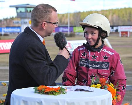 Johan Kempi samtalade med Cecilia Karlsson efter hennes seger i Ponnyloppet med Micklo Nick.
