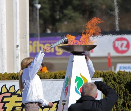 Sara Algotsson Ostholt tände den Olympiska elden.
