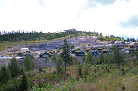 12 augusti 2015 - Här pågår markarbete för byggnation av nya stugor.