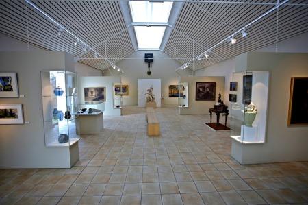 Rackstadmuseets utställningshallar  är fyllda med konst och möbler.