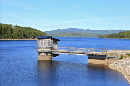 Höljessjön är vattenmagasin för kraftverket vid Höljesdammen och övriga vattenkraftverk nedströms i Klarälven.
