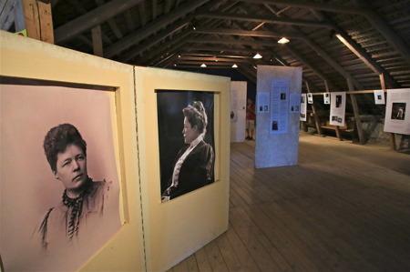 På loftet i stallbyggnaden på Mårbacka finns en utställning om Selma Lagerlöf.