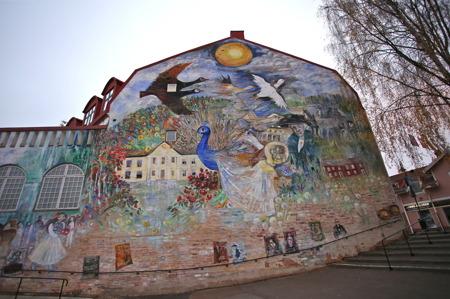 """Marja i Myrom har även målat """"Sagoväggen"""" på Teaterbiografen i Sunne, med anknytning till  Selma Lagerlöfs litterära verk - en sevärdhet."""