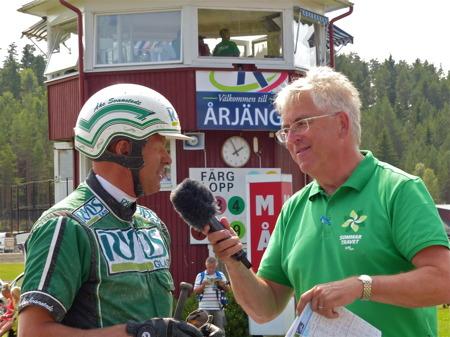 Hans G Lindskog intervjuar Åke Svanstedt efter segern i Årjängs Stora Sprinterlopp med hästen Sebastian K.
