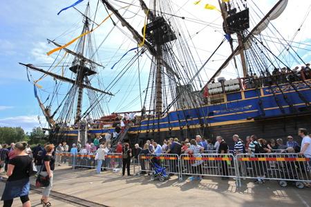 Det var många som ville gå ombord på Ostindiefararen.