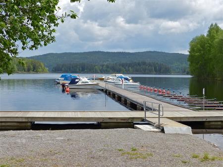 Sjön Östen och Östervallskogs Gästhamn, här slutar Dalslands Kanal.