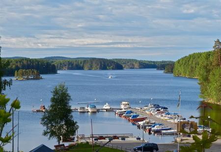 Sjön Foxen med Båtklubben Rävarnas småbåts- och Gästhamn.
