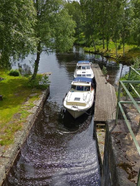 Under högsäsong ligger det ofta flera båtar vid väntbryggorna för att slussa.