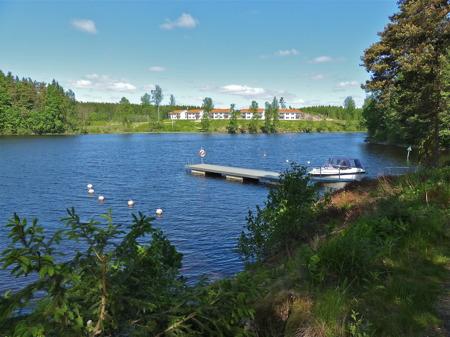 Ovanför sluss 31 börjar sjön Töck, som sträcker sig norrut mot sjön Östen i Östervallskog.