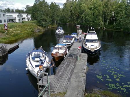 Ibland blir det köbildning med båtar som varit ända uppe i Östervallskog, och som nu skall slussa ner till sjön Foxen.