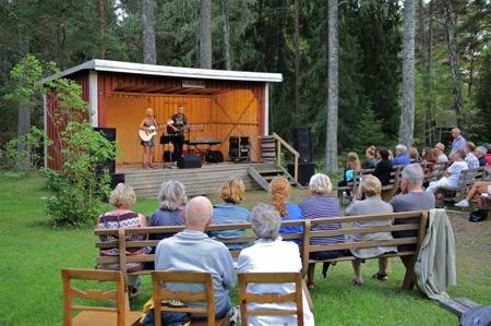 Allsköns musik vid Holmedals hembygdsgård.