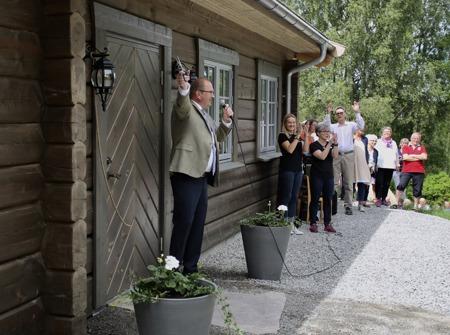 Landshövding Kenneth Johansson klippte repet och förklarade den nya stugan med Café Carl för invigd.