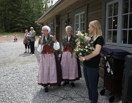 Många ville lämna blommor och framföra lyckönskningar.