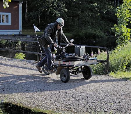 Peter Carlsson fick jobba för att få mopeden att starta.