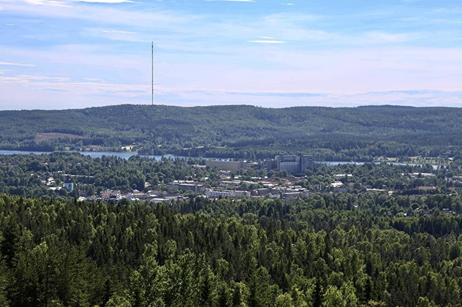 Från utsiktstornet på Storhöjden har man en magnifik utsikt över Filipstad med omgivande bygd. I mitten av bilden syns Wasabröds fabriken, som bakar vårt knäckebröd.