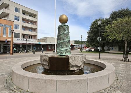 Ärepelaren på torget i Filipstad  är en hyllning till arbetet. Reliefer på pelaren visar den lokala industrihistorien. Skulpturen skapades av den danske bildhuggaren Erik Brandt.