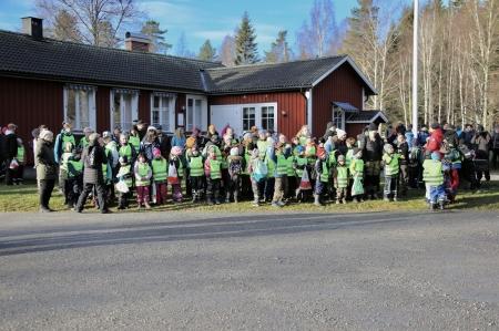 Barnen från Glava skola väntade vid Glaskogens Infocenter på att få träffa Kronprinsessan Victoria. Skolbarnen från övriga skolor anslöt till vandringen vid Laskerud.