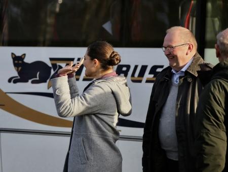 Och så anlände en strålande glad Victoria tillsammans med Landshövdingen Kenneth Johansson.