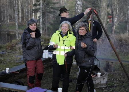 Scouterna från Åmotfors höll igång elden vid grill-platsen, så att alla kunde grilla medhavd mat.