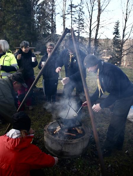 Scouterna från Åmotfors bjöd på te gjort på tallbarr.