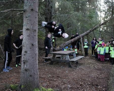 Framme vid station 3 väntade Säffle Parkourförening för att visa hisnande akrobatkonster i skogen.