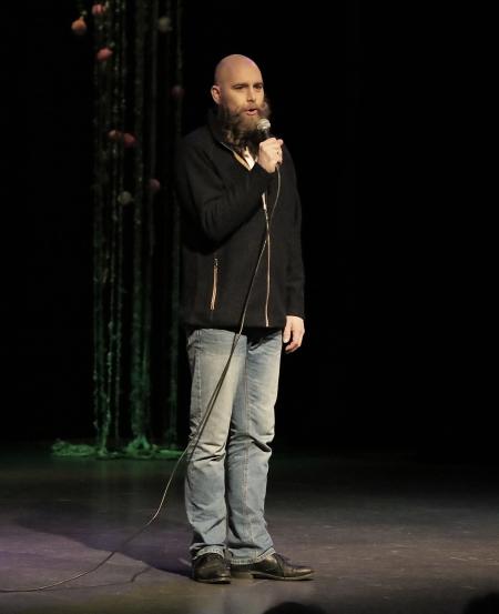 Täpp Lars Arnesson från Malung hälsade alla välkomna till Modeshowen Ett FÅRspel - en baggis !