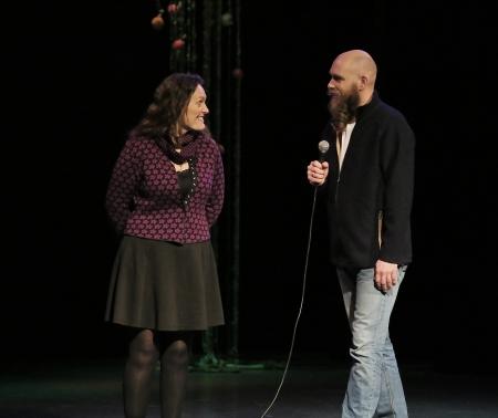 Caroline Eriksson Waerme från Brunskog spelade och sjöng till föreställningen.