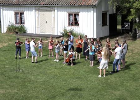 Deltagarna i spelmanskurserna framträdde gemensamt på stora scenen.