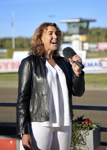 Anne-Lise Rynefors sjöng Norges och Sveriges Nationalsånger.