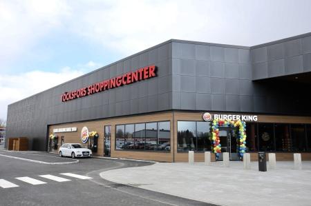 Töcksfors Shoppingcenter med 45 butiker, caféer och restauranger.