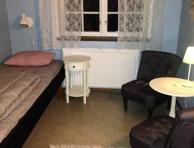 Rum 9, Sibbahult. 2 sängar, sitthörna med 2 fåtöljer, klädhylla och tvättställ.
