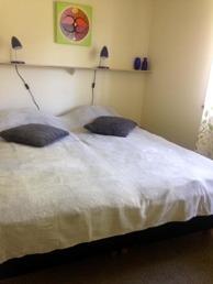 Rum 2 Ingemundebo. Rummet har en dubbelsängsäng och en bäddsoffa, ett litet bord, en stol, hyllor och tvättställ. Upp till 4 personer.