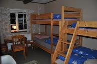Zimmer 4, Kvarnaryd. Familienzimmer, bis zu 5 Personen. 2 Hochbetten, Tisch und Stühle, Garderobe und Waschbecken finden Sie im Raum.