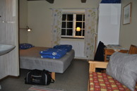 Zimmer 10, Studsmåla. In diesem Zimmer befindet sich ein Doppelbett und ein Schlafsofa, Garderobe, ein kleiner Tisch mit 2 Stühlen und ein Waschbecken. Hier sind Hunde ebenfalls willkommen!