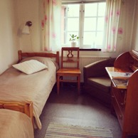 Room 11, Anemåla. This room includes 2 single beds, writing desk with chair and a sink. Here dogs are welcome as well!